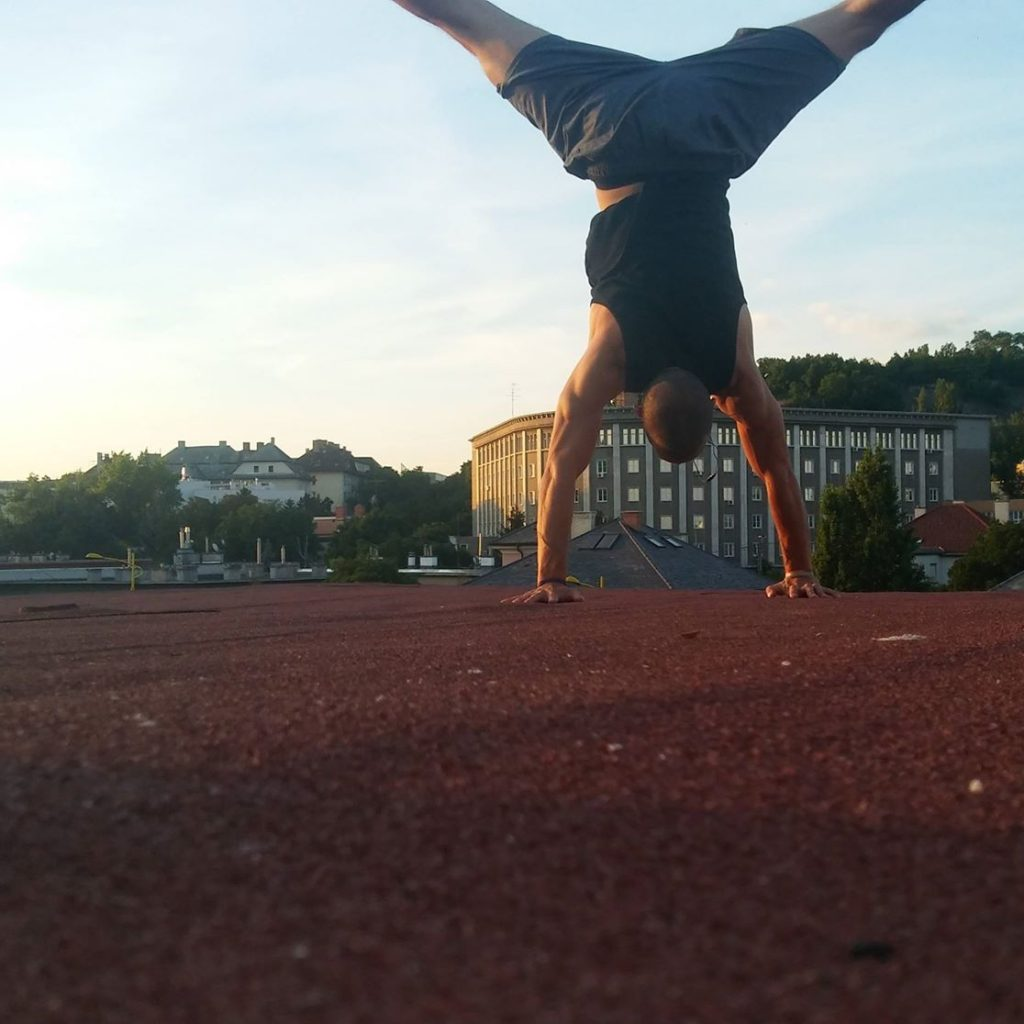 Milán a foxhouse akrobatika oktatója kézenállás