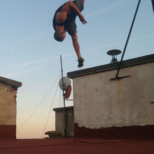 Milán a Milán a foxhouse akrobatika oktatója szaltó
